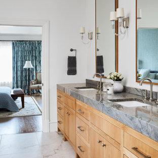 Idéer för ett stort klassiskt blå en-suite badrum, med släta luckor, beige skåp, ett fristående badkar, en hörndusch, en bidé, vit kakel, vita väggar, klinkergolv i porslin, ett undermonterad handfat, bänkskiva i kvartsit, beiget golv och dusch med gångjärnsdörr