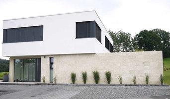 Moderne Architektur: Natursteinfassade aus Travertin