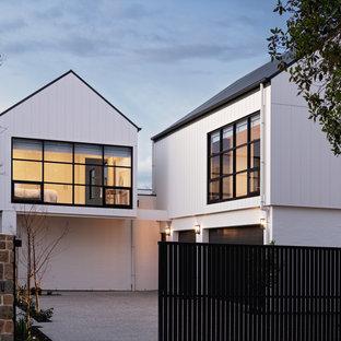 アデレードの中くらいのモダンスタイルのおしゃれな家の外観 (コンクリート繊維板サイディング、縦張り) の写真