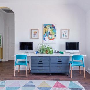 Exempel på ett stort klassiskt könsneutralt barnrum kombinerat med lekrum och för 4-10-åringar, med vita väggar, vinylgolv och brunt golv