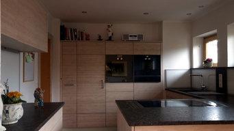 """""""schwebende"""" Küche mit Bambus-Fronten und Granit-Arbeitsflächen"""