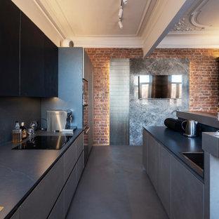 Идея дизайна: большая прямая кухня в стиле лофт с обеденным столом, врезной раковиной, плоскими фасадами, черными фасадами, столешницей из кварцевого агломерата, черным фартуком, фартуком из кварцевого агломерата, техникой под мебельный фасад, бетонным полом, островом, синим полом, черной столешницей и балками на потолке