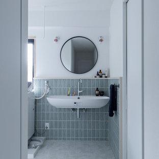 Стильный дизайн: туалет в стиле ретро с белыми фасадами, унитазом-моноблоком, синей плиткой, керамической плиткой, зелеными стенами, паркетным полом среднего тона, подвесной раковиной, коричневым полом и потолком с обоями - последний тренд
