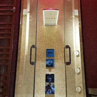 Modelo de cuarto de baño principal, bohemio, pequeño, con armarios con rebordes decorativos, puertas de armario turquesas, bañera empotrada, ducha esquinera, sanitario de pared, baldosas y/o azulejos beige, baldosas y/o azulejos en mosaico, lavabo sobreencimera, encimera de mármol, ducha con puerta con bisagras y encimeras marrones
