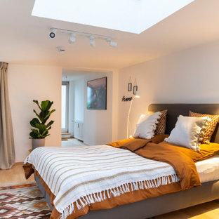 Modernes Schlafzimmer mit weißer Wandfarbe, hellem Holzboden und beigem Boden in Berlin