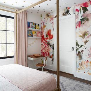 Mittelgroßes Landhausstil Schlafzimmer mit weißer Wandfarbe, braunem Holzboden, braunem Boden, Tapetendecke und Tapetenwänden in Chicago