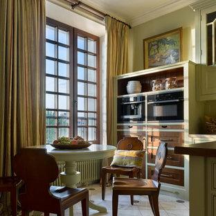 Пример оригинального дизайна: большая кухня в классическом стиле с обеденным столом, мраморной столешницей, мраморным полом, островом, бежевым полом и черной техникой