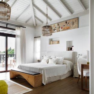 Imagen de dormitorio machihembrado, abovedado y blanco, marinero, con paredes blancas, suelo de madera en tonos medios y suelo marrón