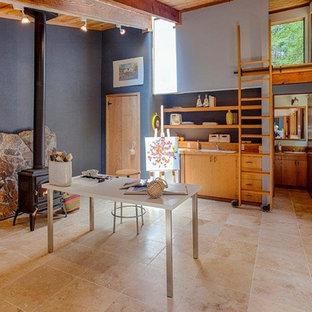 Ispirazione per una stanza da lavoro american style con pavimento in pietra calcarea, camino sospeso e scrivania autoportante