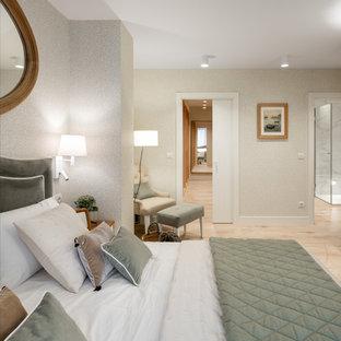 Großes Klassisches Hauptschlafzimmer ohne Kamin mit weißer Wandfarbe, Keramikboden, beigem Boden und Tapetenwänden in Sonstige