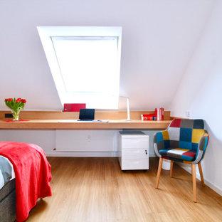 Kleines Modernes Schlafzimmer mit Laminat in Düsseldorf