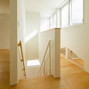 Modelo de escalera suspendida y papel pintado, escandinava, de tamaño medio, sin contrahuella, con escalones de madera, barandilla de madera y papel pintado