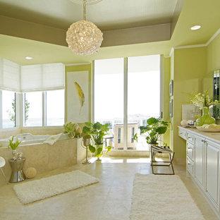 Ejemplo de cuarto de baño principal, contemporáneo, de tamaño medio, con encimera de mármol, paredes verdes, lavabo bajoencimera, armarios con paneles con relieve, puertas de armario beige, jacuzzi, ducha abierta, sanitario de una pieza, baldosas y/o azulejos beige, baldosas y/o azulejos de piedra, suelo de travertino, suelo beige y encimeras beige
