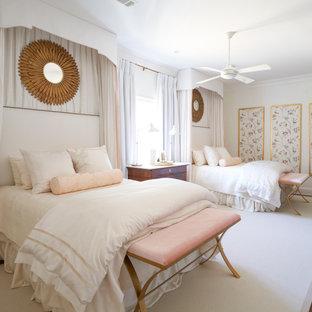 ニューオリンズのトランジショナルスタイルのおしゃれな客用寝室 (白い壁、無垢フローリング、暖炉なし、茶色い床、白い天井) のレイアウト