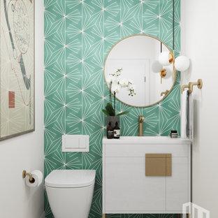 Inspiration för ett litet 50 tals vit vitt toalett, med släta luckor, vita skåp, en vägghängd toalettstol, grön kakel, cementkakel, vita väggar, klinkergolv i keramik, ett undermonterad handfat, bänkskiva i kvarts och vitt golv