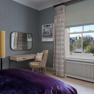 ロンドンの中くらいのコンテンポラリースタイルのおしゃれな客用寝室 (青い壁、カーペット敷き、暖炉なし、ベージュの床、壁紙、白い天井)