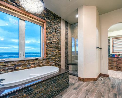 Salle de bain avec un plan de toilette en cuivre et un - Customiser une porte de placard ...