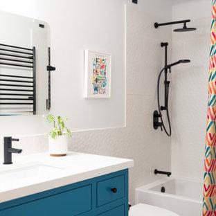 Inspiration för mellanstora moderna vitt en-suite badrum, med släta luckor, våtrum, en toalettstol med hel cisternkåpa, mosaikgolv, ett undermonterad handfat, bänkskiva i kvarts och dusch med gångjärnsdörr