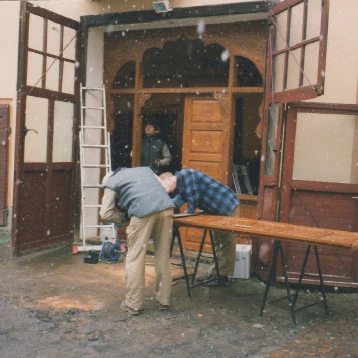 Ausbau des alten Eingangstores 1998 bei Schneefall. Das neue Tor habe ich nach meinen Vorstellungen entworfen und in Indien anfertigen lassen. Die Fensterscheiben wurden hier von der Tischlerei in Auf