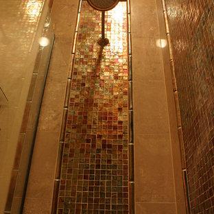 Esempio di una piccola stanza da bagno con doccia tropicale con lavabo a bacinella, top in vetro, doccia alcova, WC monopezzo, piastrelle multicolore, piastrelle di vetro, pareti beige e pavimento in ardesia