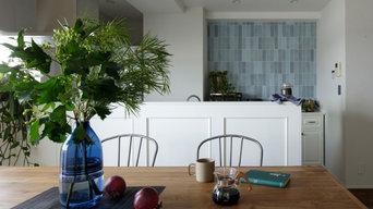 ブルーのタイルが映えるキッチン