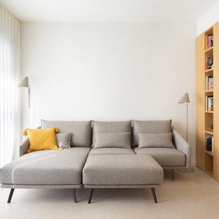 Diseño de sala de estar con biblioteca abierta, escandinava, de tamaño medio, con paredes blancas, suelo de baldosas de porcelana, televisor en una esquina y suelo beige