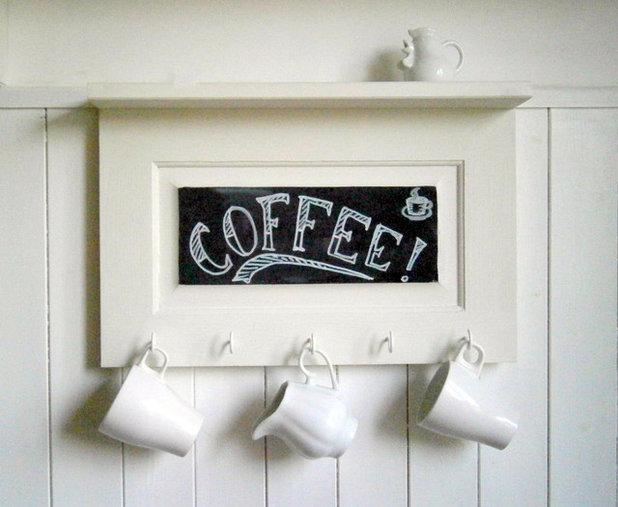 Credenza Con Tazze : Tazze di tè e piatti nella credenza u foto stock kudriavtsev