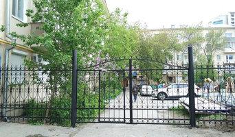 Дворовые кованые распашные ворота и забор