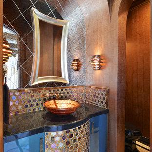 Immagine di una stanza da bagno vittoriana di medie dimensioni con lavabo a bacinella, ante di vetro, ante blu, top in granito, piastrelle multicolore, piastrelle in pietra e pareti beige