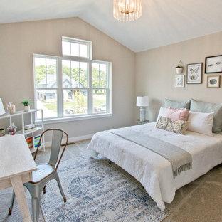 Klassisches Schlafzimmer mit beiger Wandfarbe, Teppichboden, beigem Boden und gewölbter Decke in Sonstige