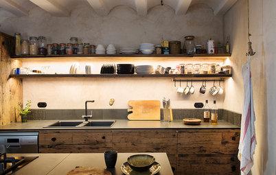 Una cocina abierta reformada solo con materiales naturales
