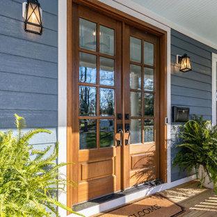 Inspiration för mellanstora klassiska blå hus, med två våningar, platt tak och tak i mixade material