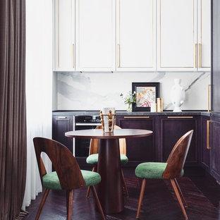Неиссякаемый источник вдохновения для домашнего уюта: маленькая угловая кухня-гостиная в стиле современная классика с врезной раковиной, фасадами с декоративным кантом, белыми фасадами, мраморной столешницей, белым фартуком, фартуком из мрамора, черной техникой, темным паркетным полом, фиолетовым полом и черной столешницей без острова