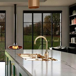 Ispirazione per una grande cucina minimalista con lavello a doppia vasca, ante in stile shaker, ante verdi, top in quarzite, paraspruzzi a effetto metallico, parquet scuro, pavimento marrone e top giallo