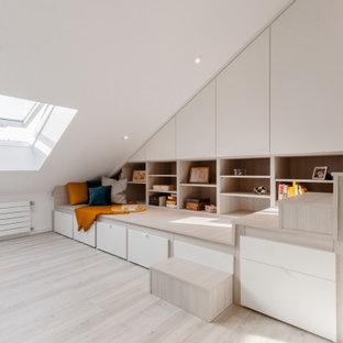 Großes Modernes Schlafzimmer mit weißer Wandfarbe, Vinylboden, grauem Boden und Ziegelwänden in Düsseldorf