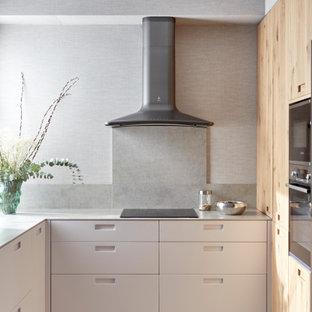 他の地域の中くらいのモダンスタイルのおしゃれなキッチン (アンダーカウンターシンク、淡色木目調キャビネット、テラゾーカウンター、グレーのキッチンパネル、御影石のキッチンパネル、パネルと同色の調理設備、セラミックタイルの床、アイランドなし、グレーの床、緑のキッチンカウンター、フラットパネル扉のキャビネット) の写真