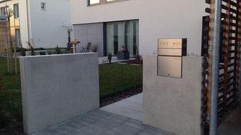 Sichtbeton-Mauerscheiben mit Gartentür und Briefkasten