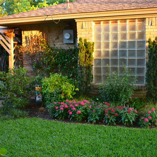 Design ideas for a mid-sized southwestern shade backyard mulch landscaping in Dallas for summer.