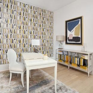 Imagen de despacho papel pintado, tradicional renovado, pequeño, papel pintado, con paredes blancas, suelo de madera clara, escritorio independiente, suelo beige y papel pintado