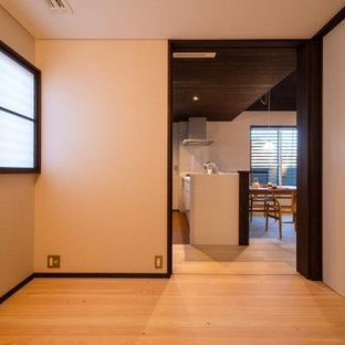 他の地域の小さい和モダンなおしゃれな主寝室 (白い壁、淡色無垢フローリング、ベージュの床、クロスの天井、白い天井) のインテリア