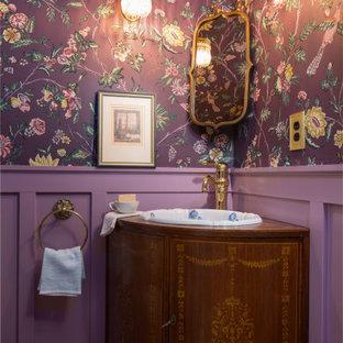 Свежая идея для дизайна: маленький туалет в классическом стиле с фасадами островного типа, фасадами цвета дерева среднего тона, раздельным унитазом, фиолетовыми стенами, паркетным полом среднего тона, накладной раковиной, столешницей из дерева, коричневым полом, коричневой столешницей, встроенной тумбой, потолком с обоями и панелями на стенах - отличное фото интерьера