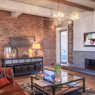 他の地域のインダストリアルスタイルのおしゃれなファミリールーム (無垢フローリング、横長型暖炉、コンクリートの暖炉まわり、壁掛け型テレビ、茶色い床) の写真