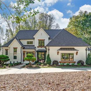 Großes, Zweistöckiges, Weißes, Schwarzes Landhaus Einfamilienhaus mit gestrichenen Ziegeln, Satteldach, Schindeldach und Wandpaneelen in Charlotte