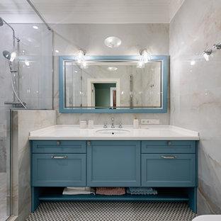 На фото: ванная комната в стиле неоклассика (современная классика)