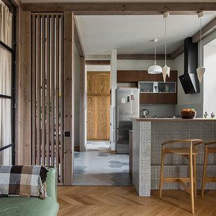 Esempio di una cucina minimal con ante lisce, ante marroni, paraspruzzi grigio, nessuna isola e pavimento grigio