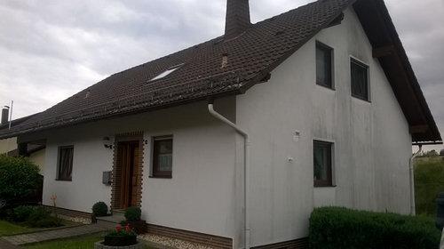 Fassadenfarbe   Haus Mit Braunen Fenstern