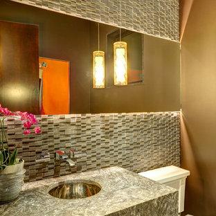 Foto di un grande bagno di servizio design con pavimento in gres porcellanato, pareti marroni, top in granito, piastrelle di pietra calcarea e lavabo sottopiano