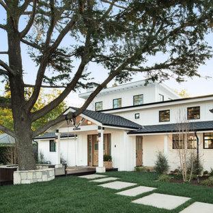 Источник вдохновения для домашнего уюта: большой, двухэтажный, белый частный загородный дом в стиле кантри с комбинированной облицовкой, вальмовой крышей, крышей из гибкой черепицы, черной крышей, отделкой доской с нащельником и входной группой