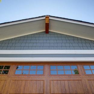 Свежая идея для дизайна: двухэтажный, синий частный загородный дом среднего размера в стиле кантри с облицовкой из ЦСП, двускатной крышей, крышей из смешанных материалов, синей крышей и отделкой планкеном - отличное фото интерьера