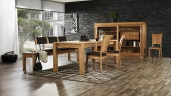 Beispiel für ein Esszimmer mit modernen Massivholzmöbeln